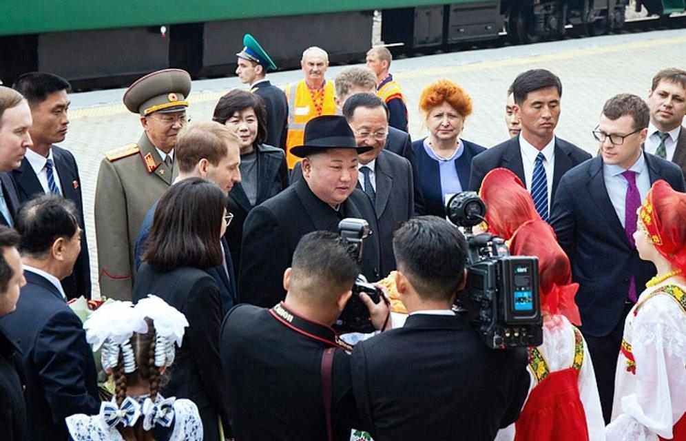 Ким Чен Ын попробовал булку Путина - ФОТО, ВИДЕО - фото 180107