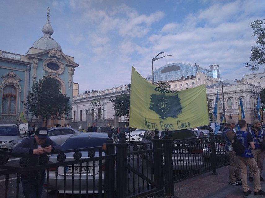 Евробляхеры заблокировали проезд по Киеву с новыми-старыми требованиями (ФОТО) - фото 180986