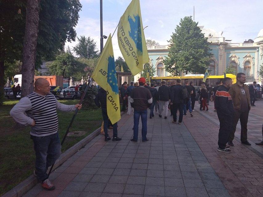 Евробляхеры заблокировали проезд по Киеву с новыми-старыми требованиями (ФОТО) - фото 180987
