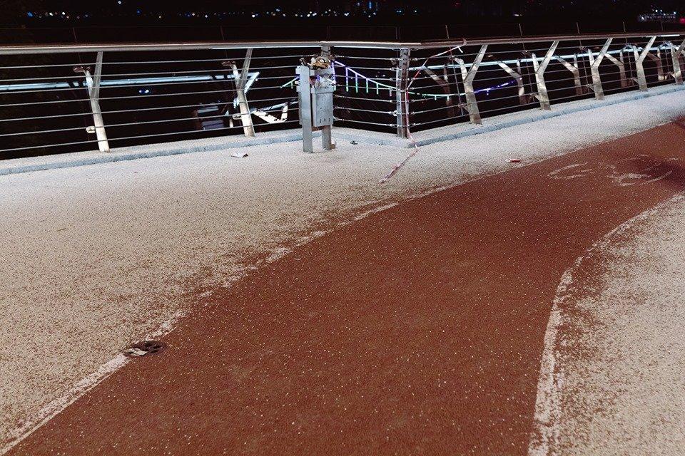 На 'мосту Кличко' снова случилось ЧП: теперь с велодорожкой (ФОТО) - фото 181706