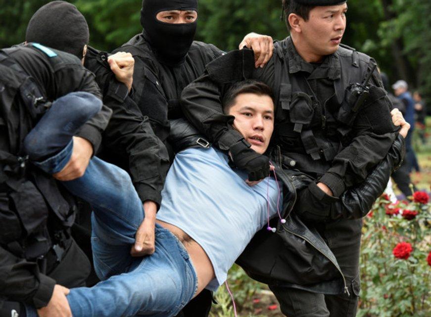 В Казахстане военные массово пакуют протестующих: задержаны 700 человек - фото 182491