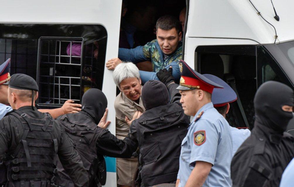 В Казахстане военные массово пакуют протестующих: задержаны 700 человек - фото 182492