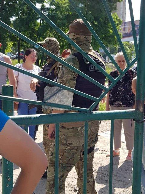 Вооруженные автоматчики в форме захватили рынок в Симферополе (ФОТО+ВИДЕО) - фото 182655