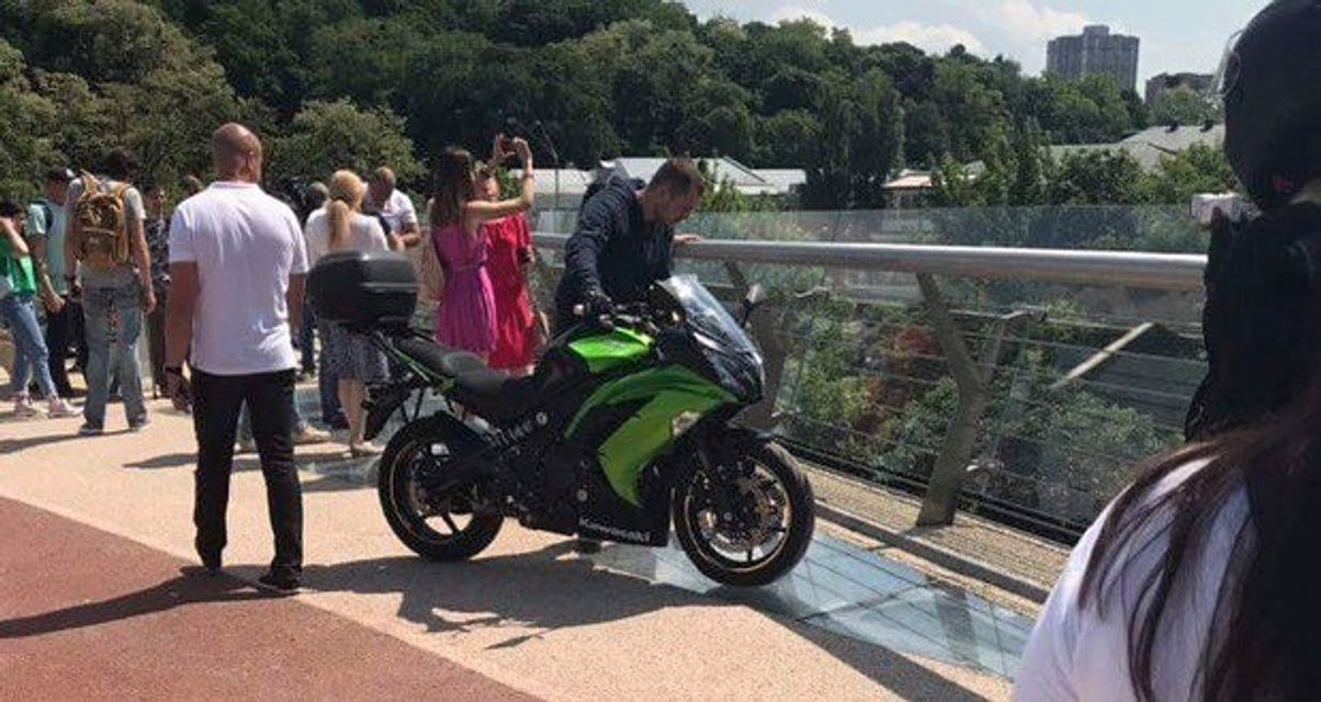 На пешеходный мост Кличко заехал мотоциклист (ФОТО) - фото 182884