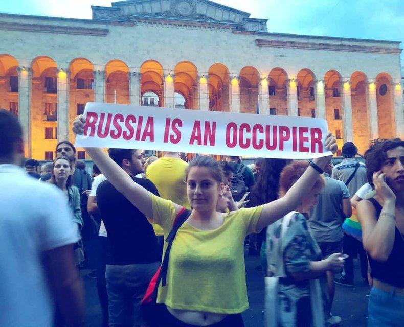 В Грузии активисты захватили админздания из-за приезда российского оккупанта - фото 183081
