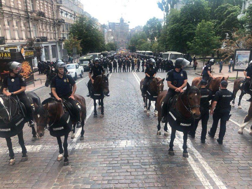 Конная полиция, автозаки и презервативы с фекалиями: как проходит  парад ЛГБТ в Киеве ФОТО - фото 183154