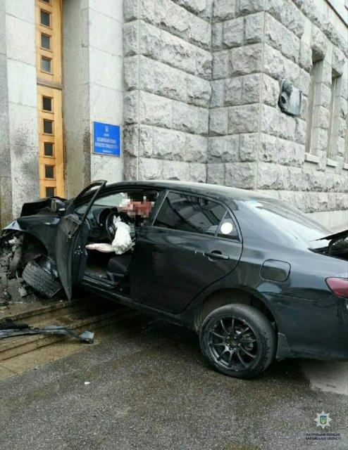 В Харькове машина влетела в здание горсовета (ФОТО) - фото 183157