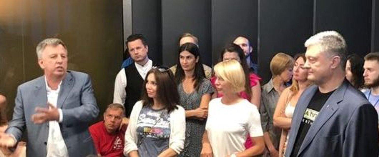 Порошенко приехал на 'чужой' канал и пообещал не продавать его Медведчуку - фото 183204