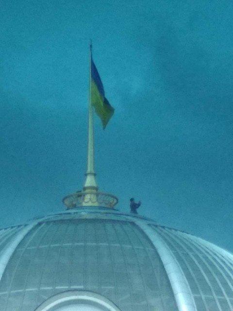 'Зеленский'  взобрался на купол Рады. Но это не точно – ФОТО - фото 184091