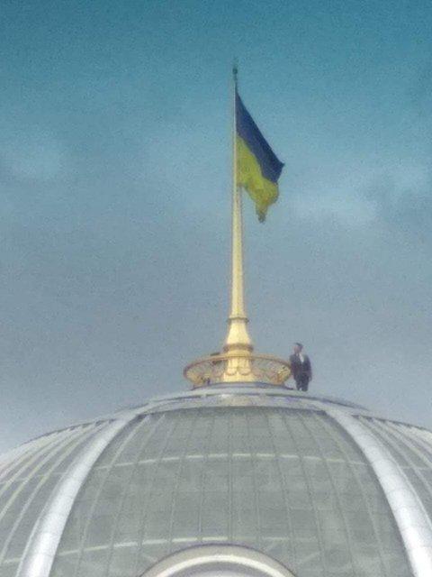 'Зеленский'  взобрался на купол Рады. Но это не точно – ФОТО - фото 184092
