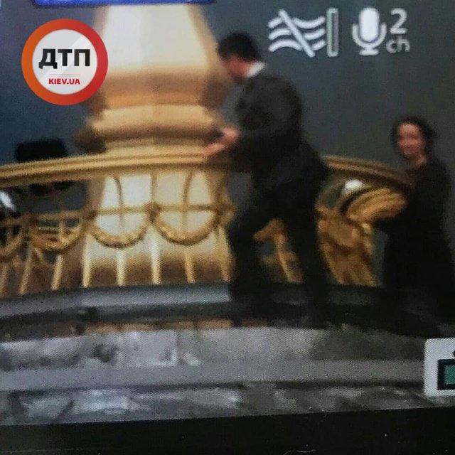 'Зеленский' залез на купол Рады? Тайна раскрыта – ФОТО - фото 184146