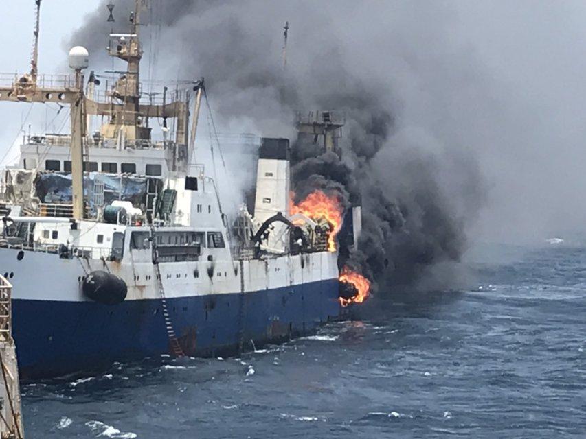 Украинский государственный траулер таинственно загорелся в Атлантическом океане (ФОТО) - фото 184602