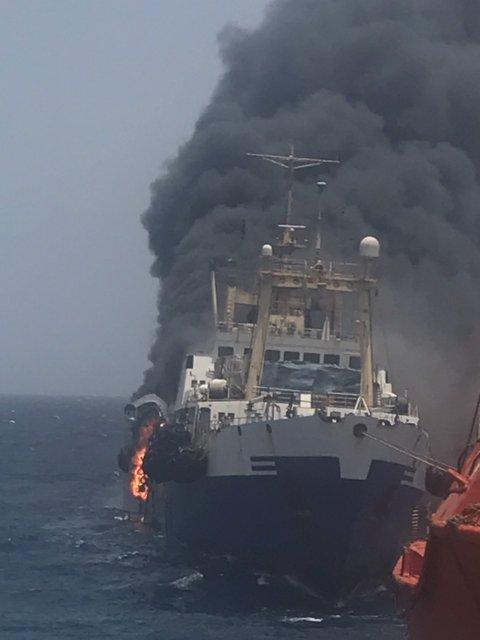 Украинский государственный траулер таинственно загорелся в Атлантическом океане (ФОТО) - фото 184603