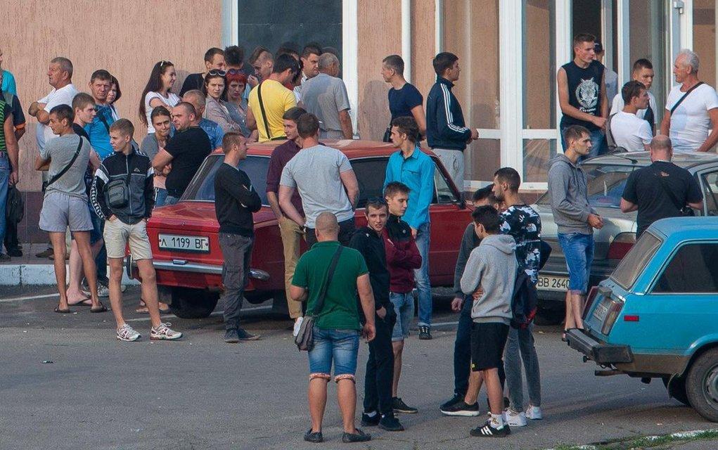 Выборы, выборы: украинцы предпочли не приходить на участки (ФОТО) - фото 184609