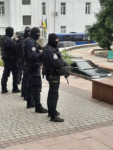 Вертолет, спецназ, учитель и два депутата: Будни украинских выборов - фото 184710