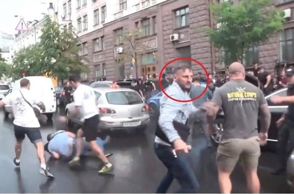 На авто Порошенко попрыгал русский. Ему дал гражданство Зеленский - фото 184935