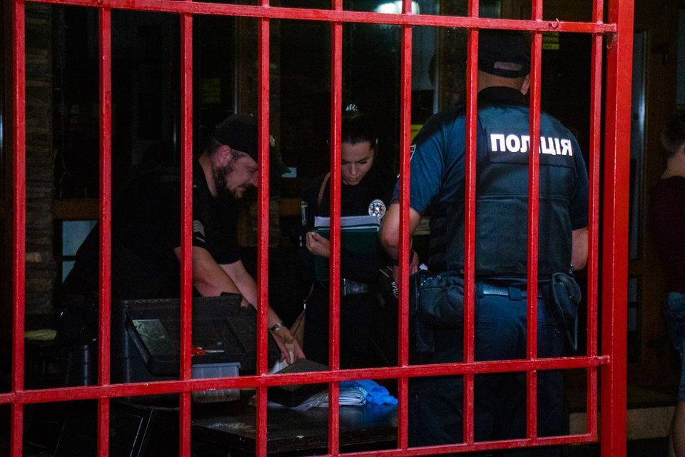 В Киеве пьяный посетитель кафе расстрелял компанию отдыхающих (ФОТО) - фото 185393