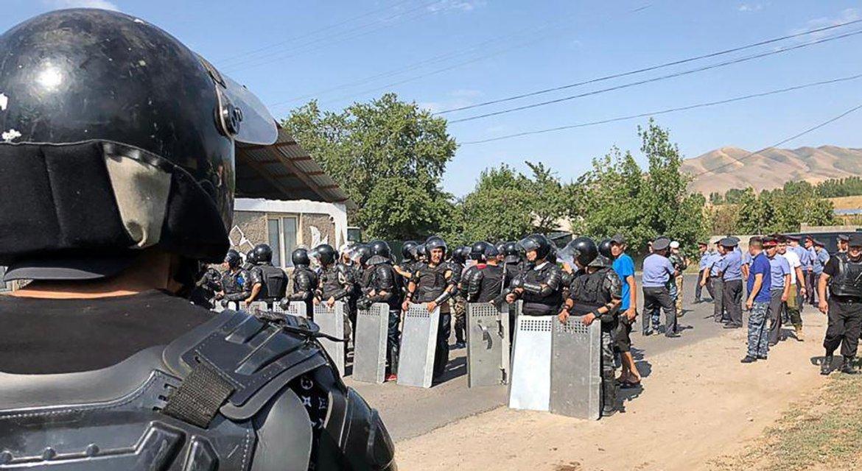 Развязка истории: экс-президент Кыргызстана сдался властям, протестующих жестко разогнали - фото 185693