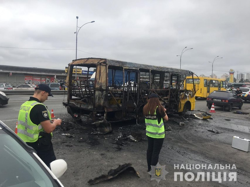В Киеве 'подорвали' маршрутку – жуткие ФОТО, ВИДЕО - фото 185984