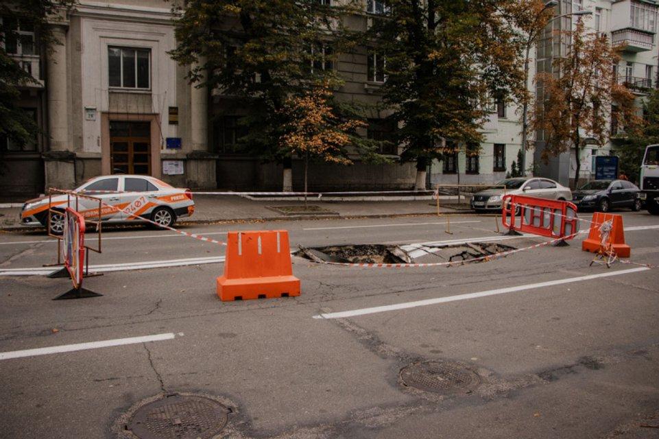 Кличко отомстил: возле Офиса президента в центре Киева провалился асфальт (ВИДЕО) - фото 186028