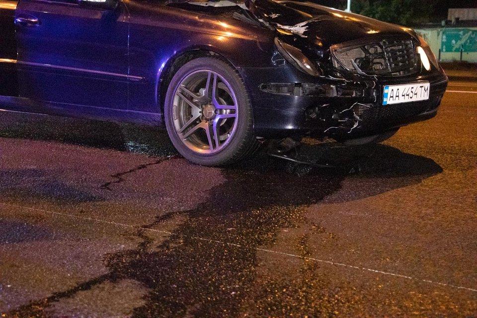 В Киеве водитель элитного Mercedes на скорости снес и разорвал девушку-пешехода ВИДЕО 18+ - фото 186238