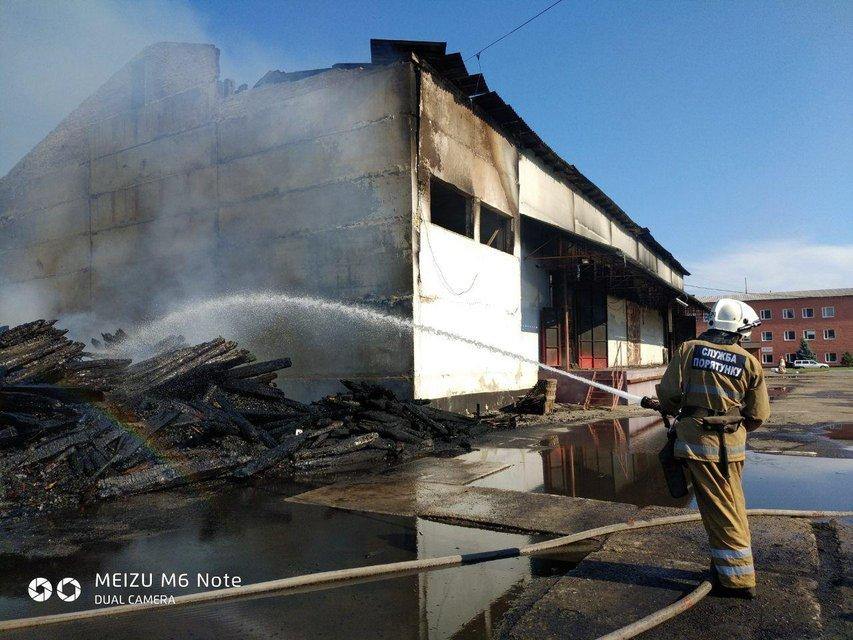 В Полтаве сгорел огромный склад 'Новой почты' (ФОТО+ВИДЕО) - фото 186384