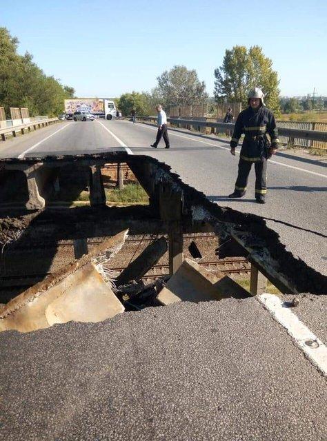В Харькове эпично развалился автомобильный мост (ВИДЕО) - фото 186504