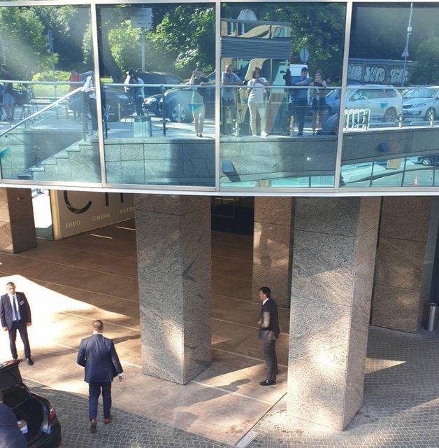 Активисты жгли файеры у АП, а Зеленский закрыто тусил со 'Слугой народа' (ВИДЕО) - фото 186715