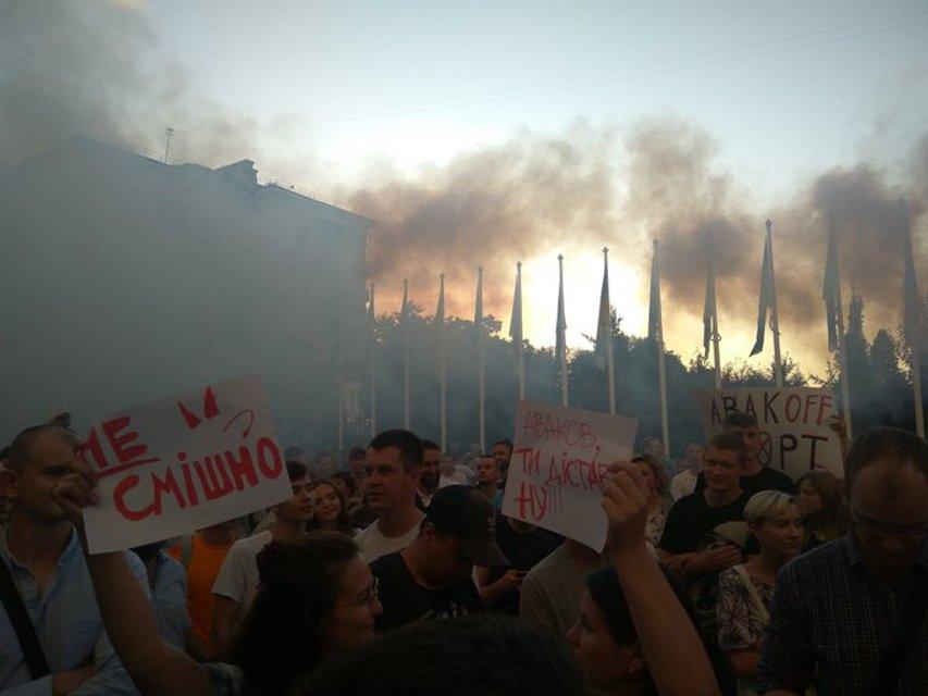 Активисты жгли файеры у АП, а Зеленский закрыто тусил со 'Слугой народа' (ВИДЕО) - фото 186716