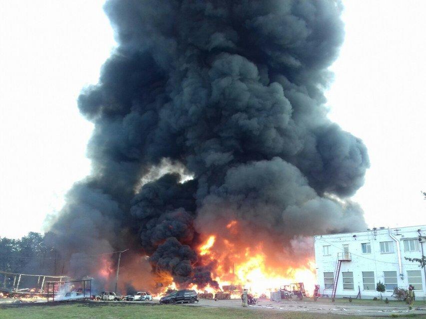 Под Львовом горит химическое предприятие, власти советуют людям не выходить на улицу ВИДЕО - фото 186858
