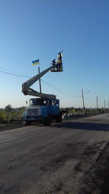 В Станице Луганской снова запестрели украинские флаги  - яркие ФОТО - фото 187398
