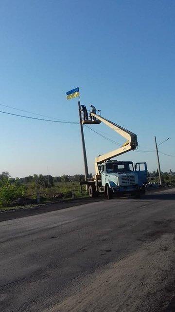 В Станице Луганской снова запестрели украинские флаги  - яркие ФОТО - фото 187399