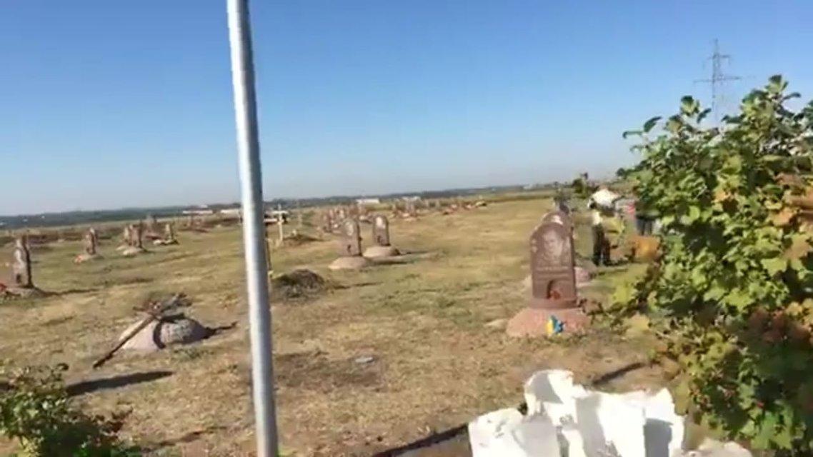 В Днепре сняли флаги с могил воинов АТО. Что творится? – ФОТО - фото 187577