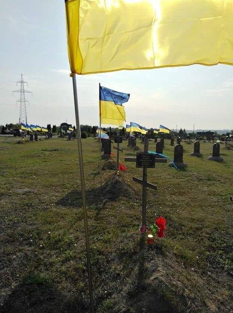 В Днепре сняли флаги с могил воинов АТО. Что творится? – ФОТО - фото 187578