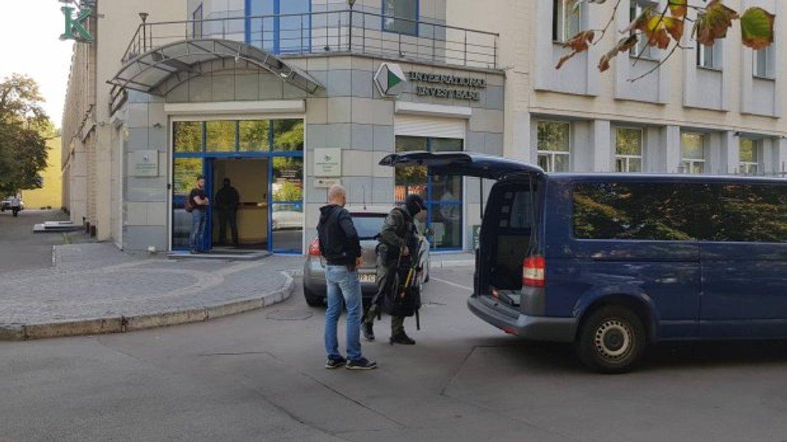 Силовики обыскивают банк Порошенко в Киеве (ФОТО) - фото 187679