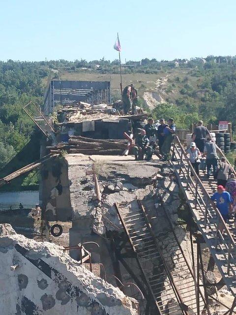 Боевики обустраивают позиции возле моста Зеленского в Станице Луганской (ФОТО) - фото 187903