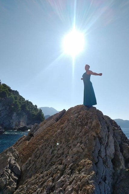 Савченко в платьице ярко зажгла на море – красочные ФОТО - фото 188009