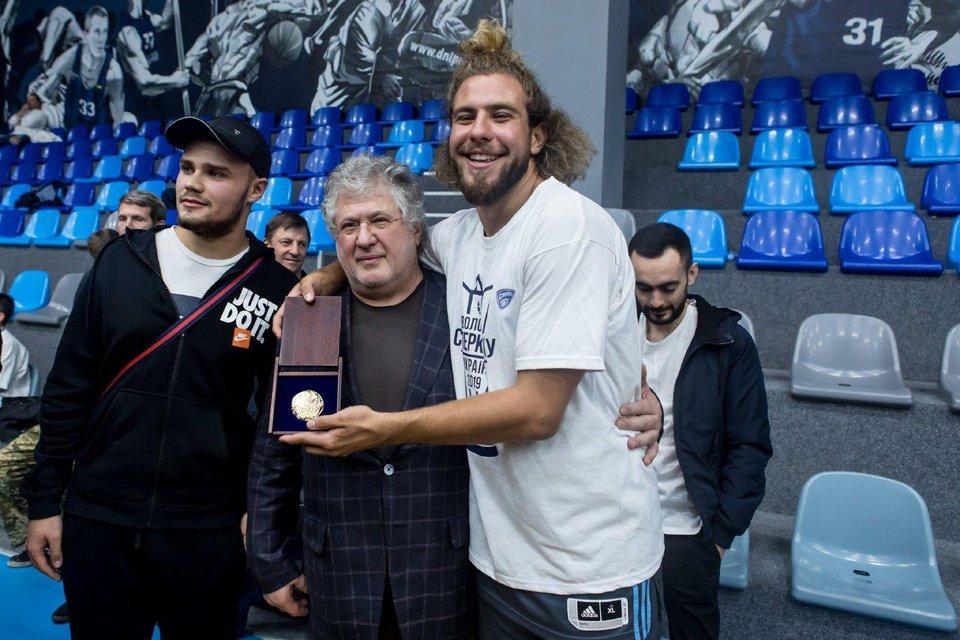 Коломойский сходил на баскетбол с криминальными друзьями Порошенко - фото 188203