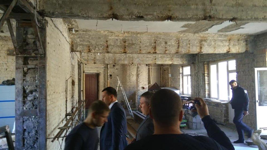 Копы с бывшим нардепом прорвались на скандальную надстройку на Майдане (ФОТО) - фото 189626