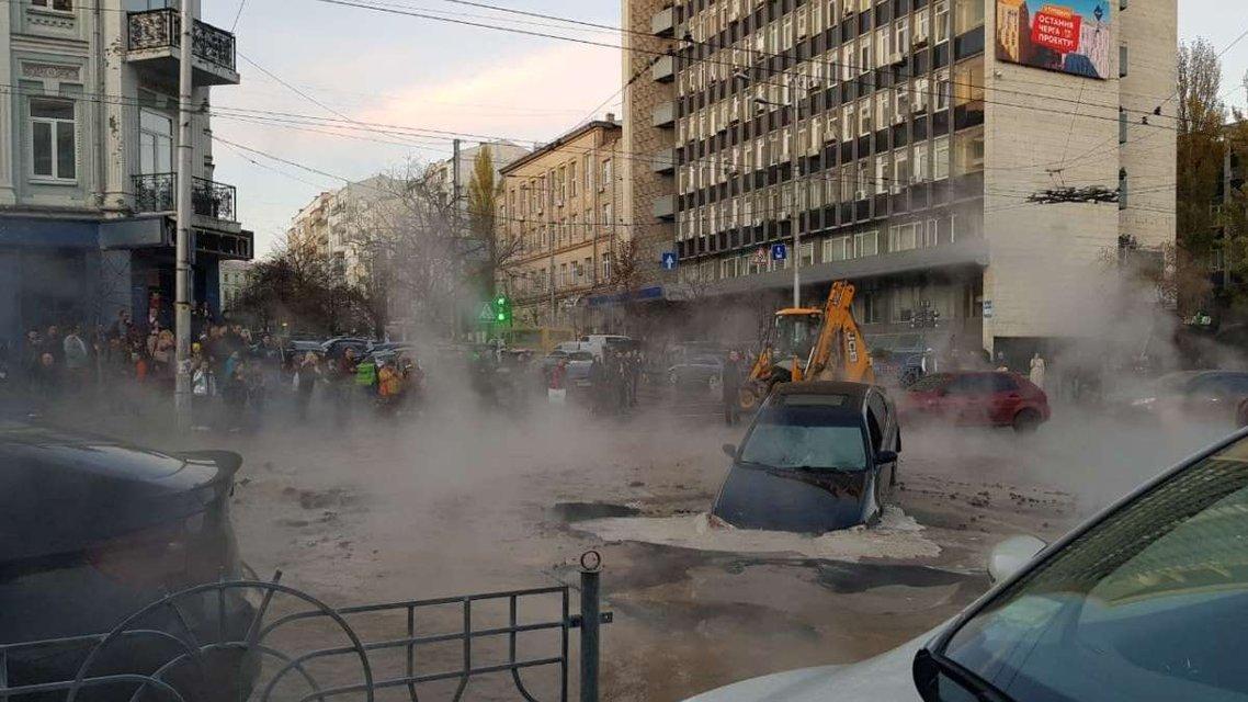 В центре Киева авто ушло под землю из-за прорыва трубы, по улице течет кипяток ФОТО+ВИДЕО - фото 190718