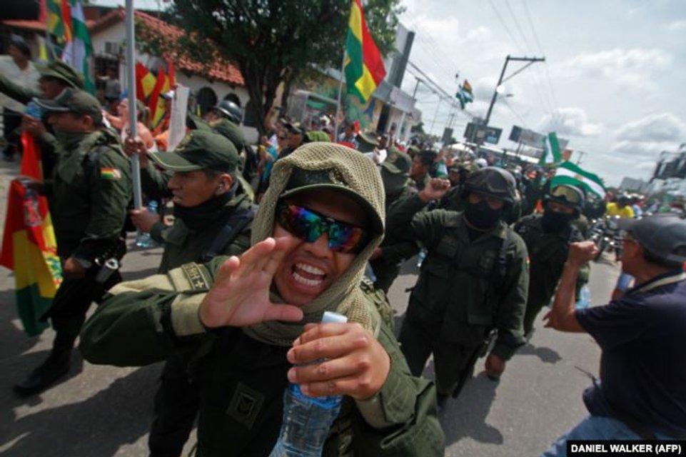 Президент Боливии  подал в отставку и тут же сбежал - фото 191011