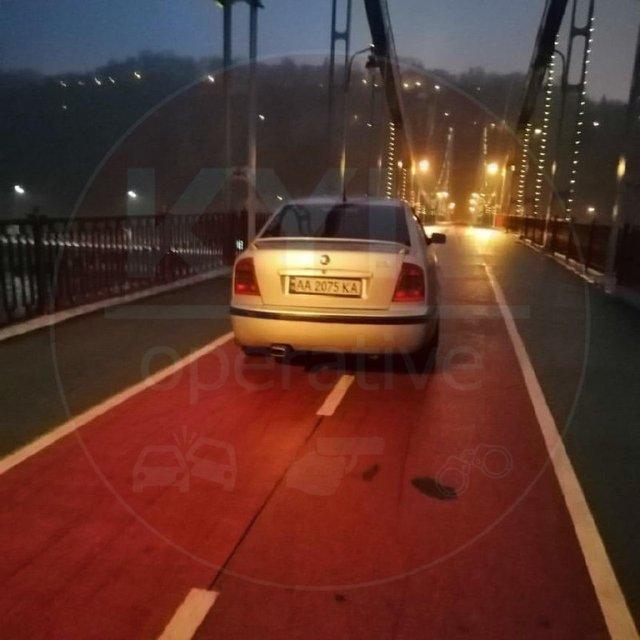 В Киеве на пешеходный мост заехал еще один водитель-наглец (ФОТО) - фото 191157