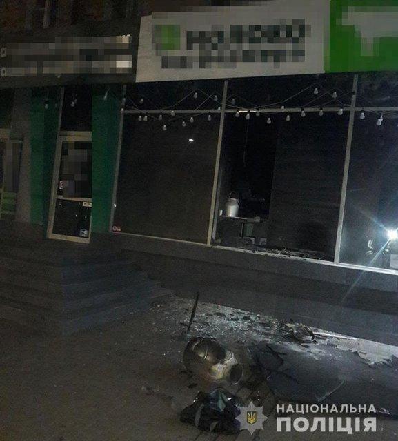 В Киеве массово сожгли магазины сети 'Молоко от фермера', соргел ТРЦ (ВИДЕО) - фото 191234
