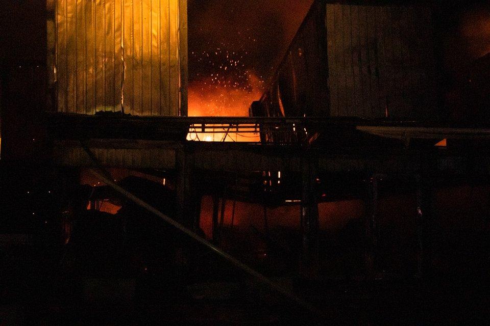 В Киеве массово сожгли магазины сети 'Молоко от фермера', соргел ТРЦ (ВИДЕО) - фото 191235