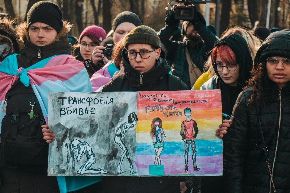 В Киеве прошел марш транссексуалов. Он завершился дракой – ФОТО, ВИДЕО - фото 191760