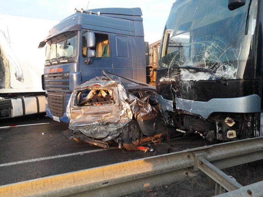 Под Уманью в аварию попали пять легковушек, пять фур и автобус с пассажирами (ФОТО) - фото 191844