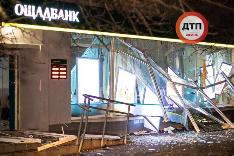 В Киеве подорвали банк. Улицу засыпало деньгами – ФОТО - фото 192094