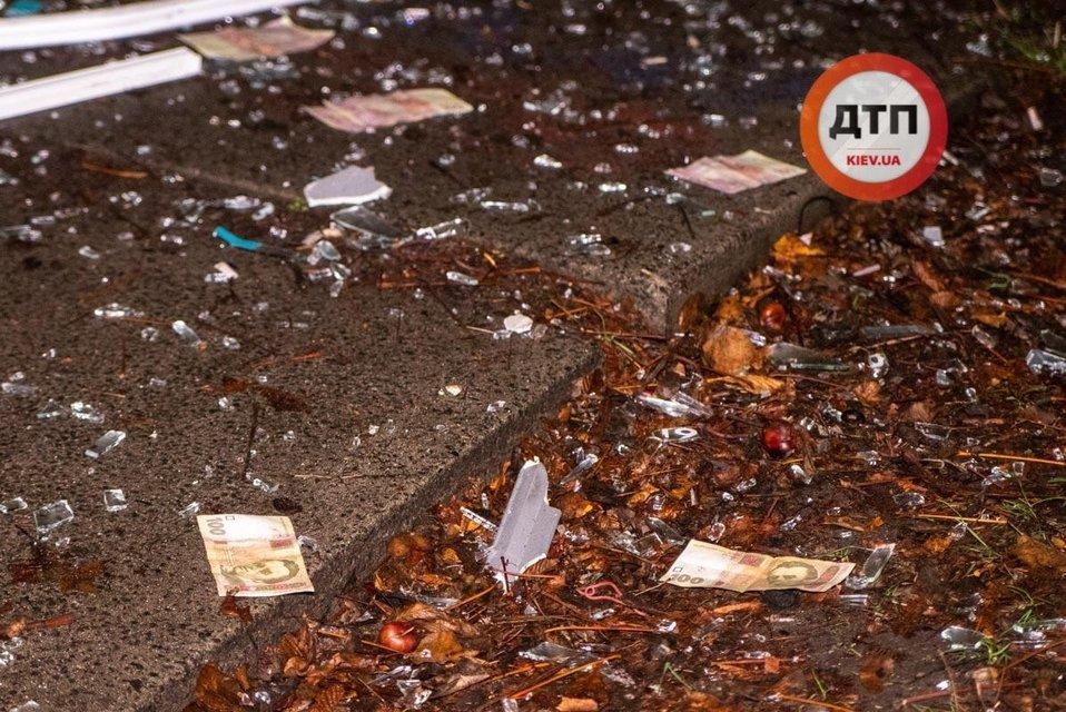В Киеве подорвали банк. Улицу засыпало деньгами – ФОТО - фото 192096