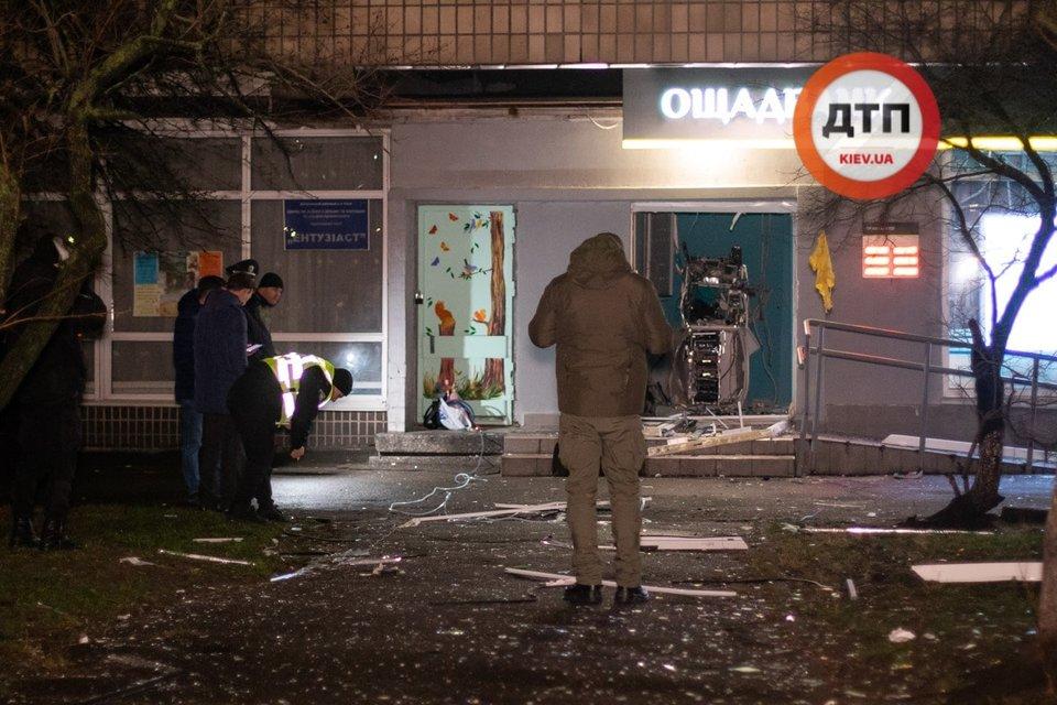 В Киеве подорвали банк. Улицу засыпало деньгами – ФОТО - фото 192097