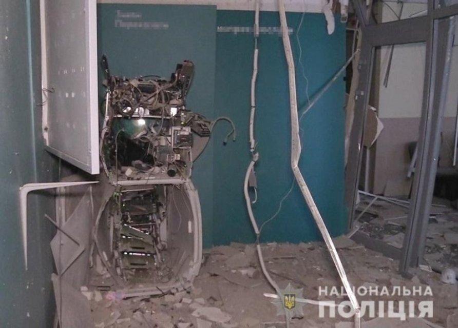 В Киеве подорвали банк. Улицу засыпало деньгами – ФОТО - фото 192101